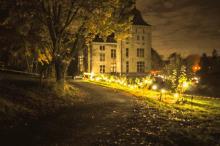 Château de nuit, éclairé pour une ambiance de circonstance