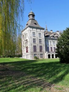 la tour principale du château vue du parc