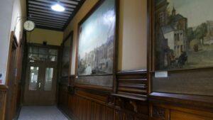 le hall d'entrée et ses peintures représentant le vieux Liège