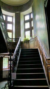 l'escalier principal et sa rampe de fer forgé