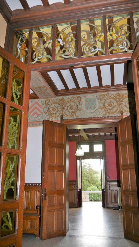 De gebrandschilderde ramen in de entreehal van het kasteel van Dalhem